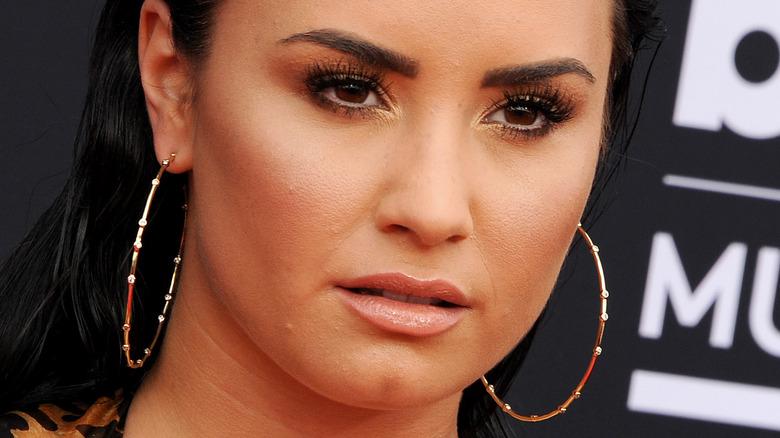 Demi Lovato poses red carpet