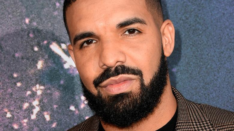 Drake poses on the red carpet