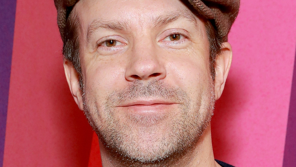 Close up of actor Jason Sudeikis wearing a hat