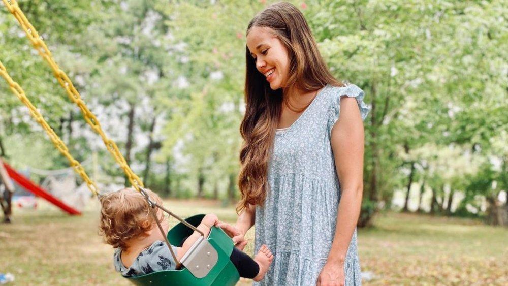 Jessa Duggar pushing her child on a swing