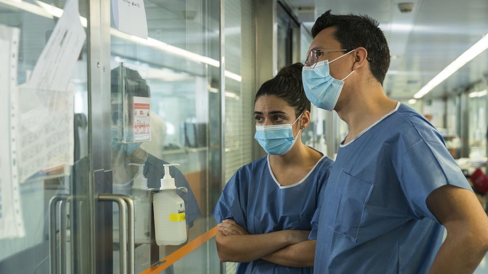 Doctors working on a coronavirus patient