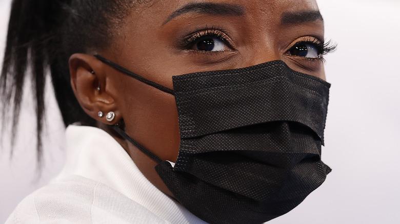 Simone Biles wears a face mask in Tokyo