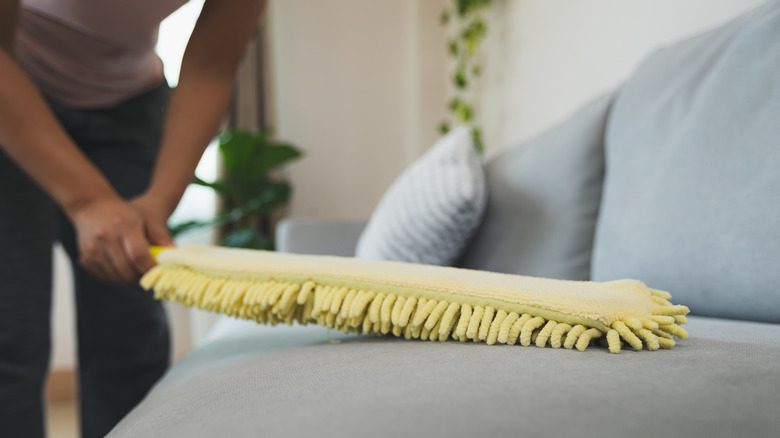 Sofa-cleaning with yellow microfiber duster